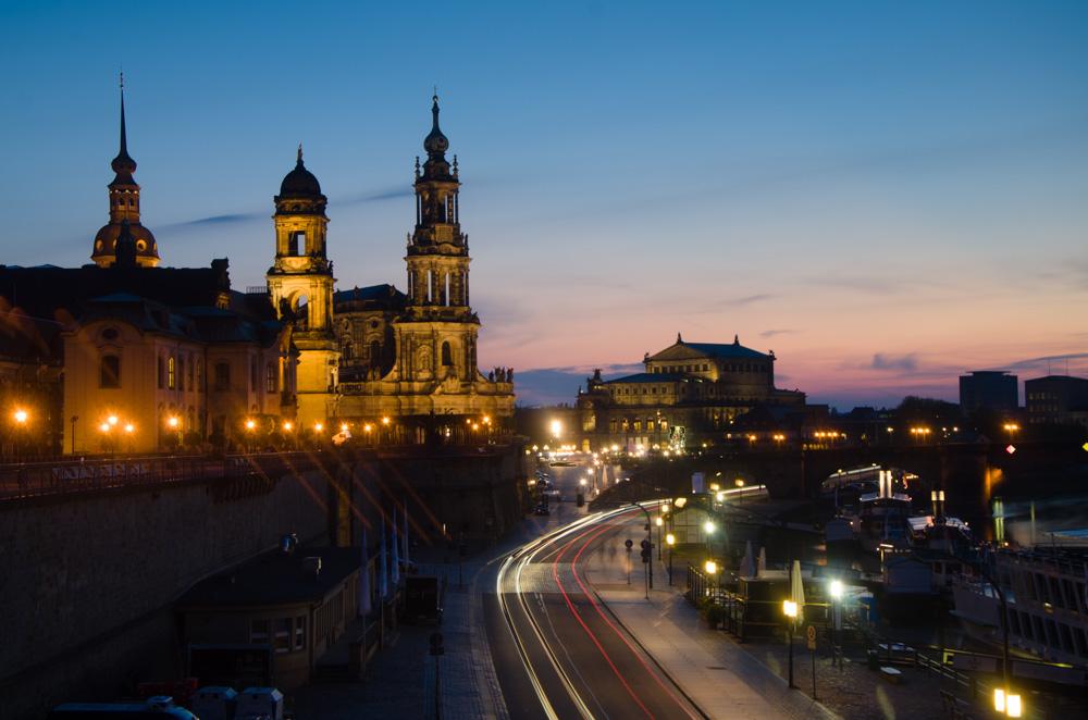 Набережна Ельби в бік оперного театру. Dresden, Deutschland © 2015 Alex Nedovizii