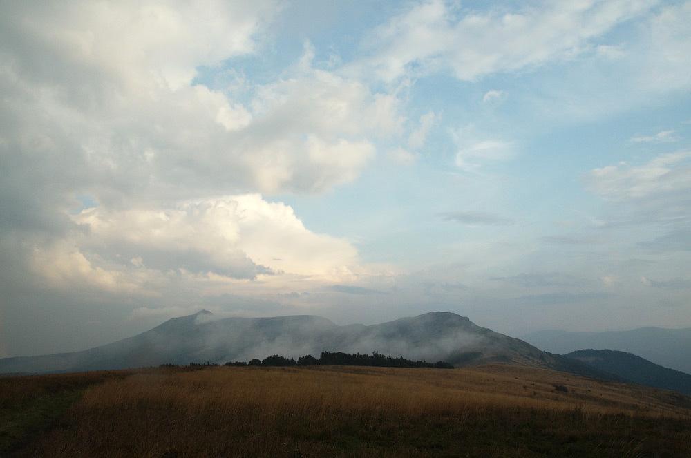 Гора Пікуй (1408 м над р.м.). Вид вздовж Вододільного хребта. Карпати, Україна © 2014 Alex Nedovizii